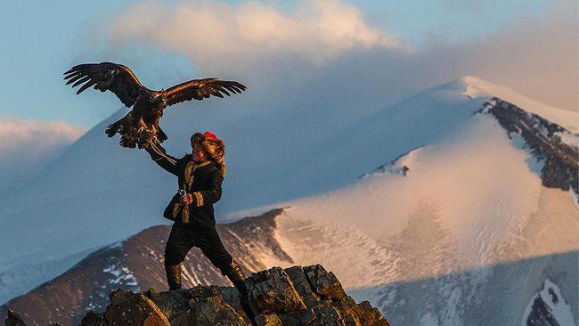 la-et-mn-sundance-eagle-huntress-20160122-001